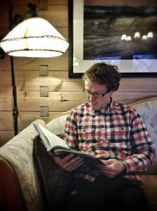 David läser bok