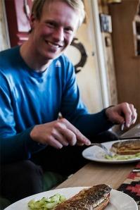 Niclas njuter av en siksmörgås på Folldal fjellstue Foto:David Erixon
