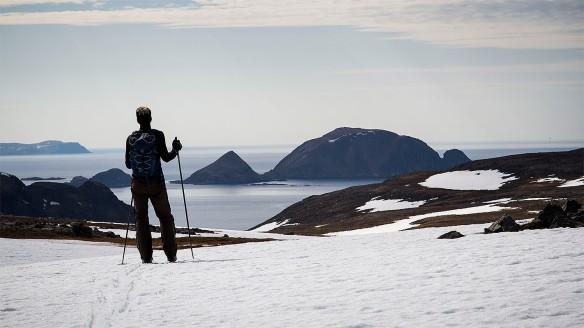 Skidåkning på Nordkap med Gjesvärs fågelrika öar i bakgrunden Foto:David Erixon